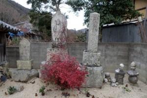 秦廃寺右の石碑