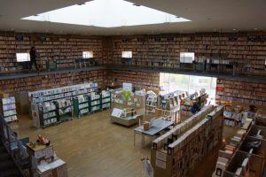 奈義町立図書館ー奈義町現代美術館内ー