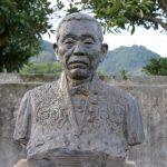 小川郷太郎像