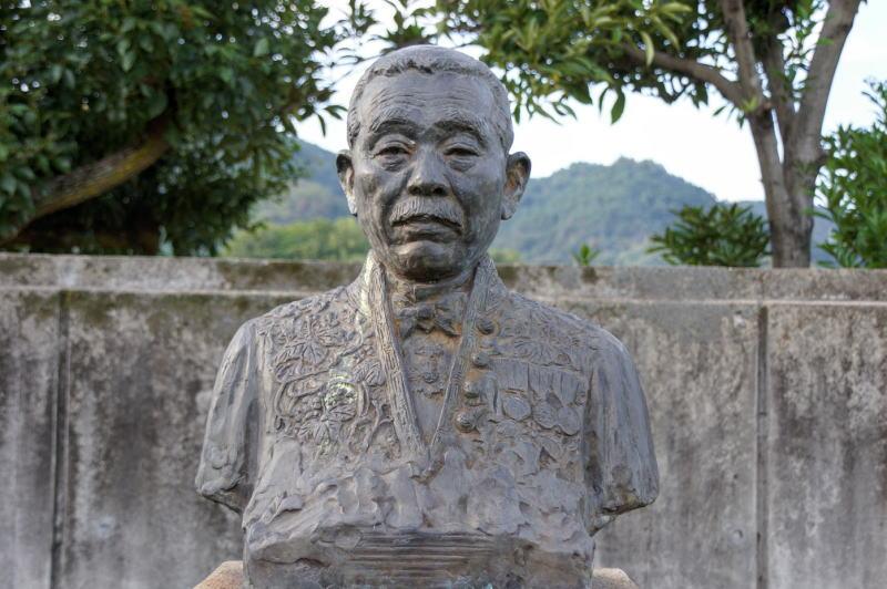 小川郷太郎博士像