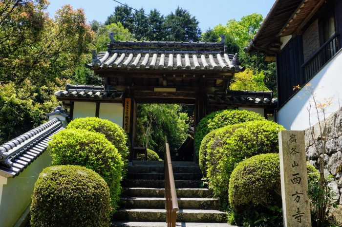西方寺山門