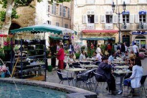 市役所前広場のカフェ