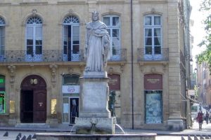 「善人王」ルネの像