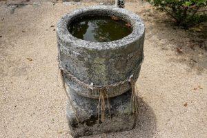 秦天神社手水鉢