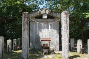 大きな柱のような石-正面