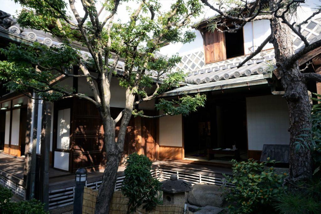 旧荻野家 茶の間ー庭側より