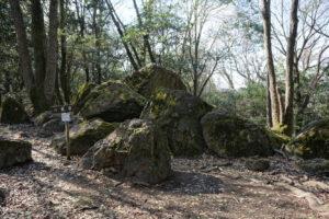 八畳岩と周辺の岩