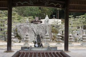 水神・不動岩・易塚・有木神社(手前より)