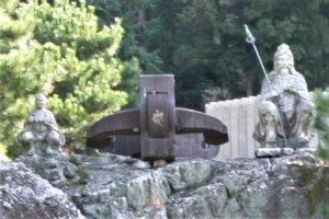 「鎮遠」の錨と理源大師・役行者石造