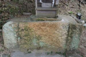 家形石棺の底石