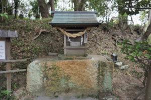 天神様の台石の前側の石