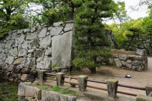 高麗門に向かって左側の大石